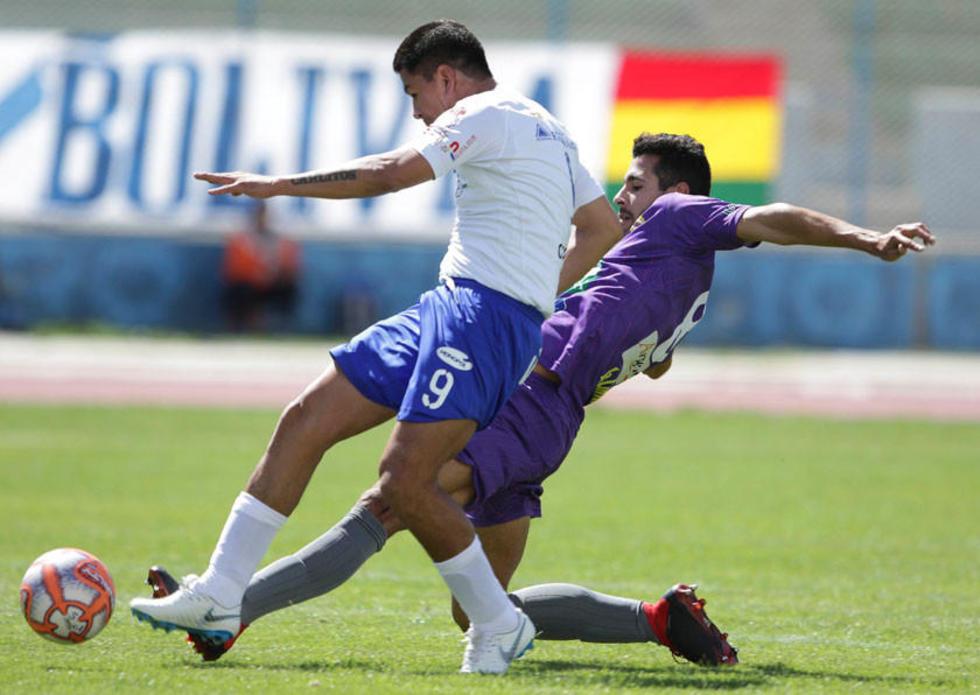 Federico Domínguez, de Real, evita que Carlos Saucedo, remate al arco.