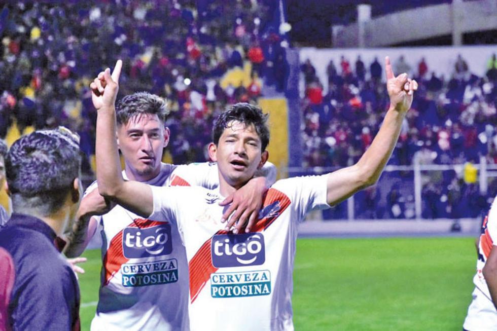 Miguel Quiroga abraza a Edson Pérez tras el tercer tanto.