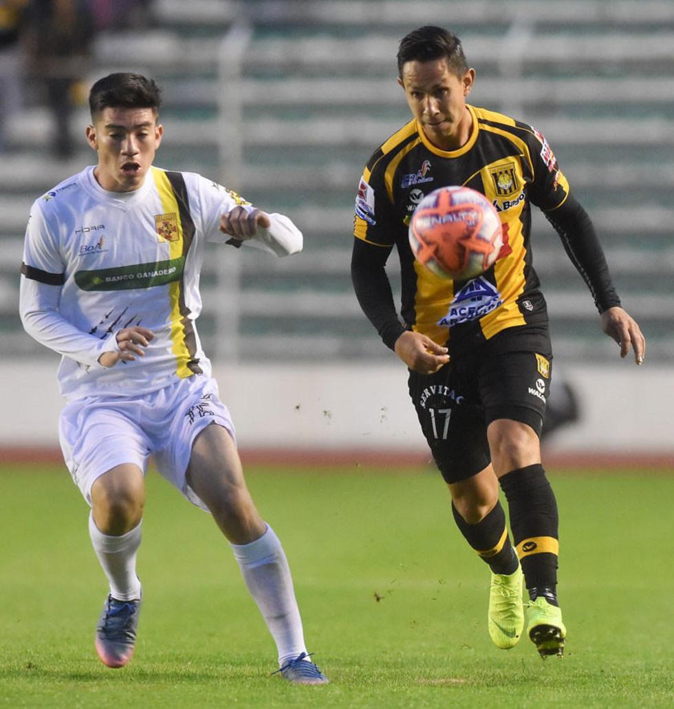 José Rodríguez y Marvin Bejarano pugnan por el balón.