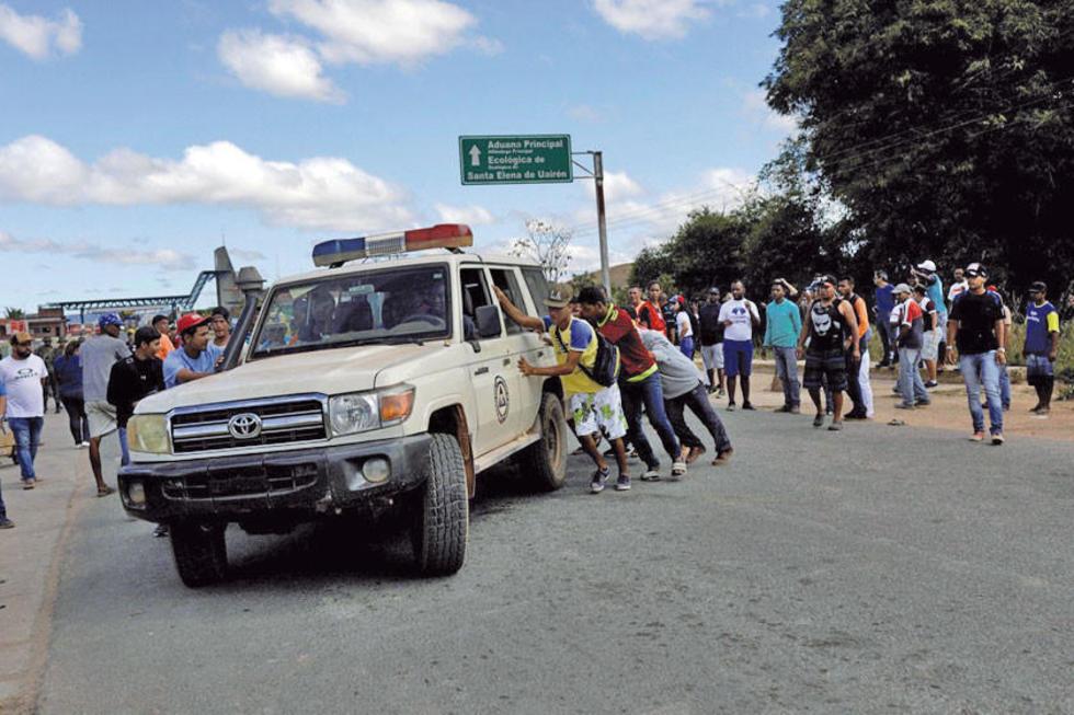 Una ambulancia que transporta a personas heridas producto de la confrontación.