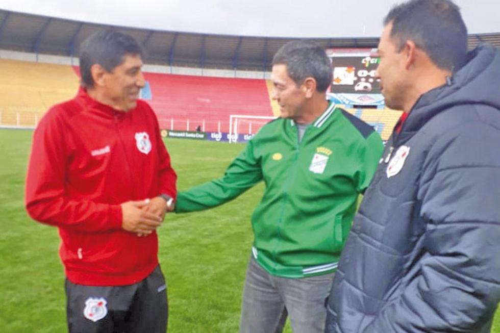 De izq. a der. ALberto Illanes, Mauricio Soria y Marcos Paz hablan antes del partido.