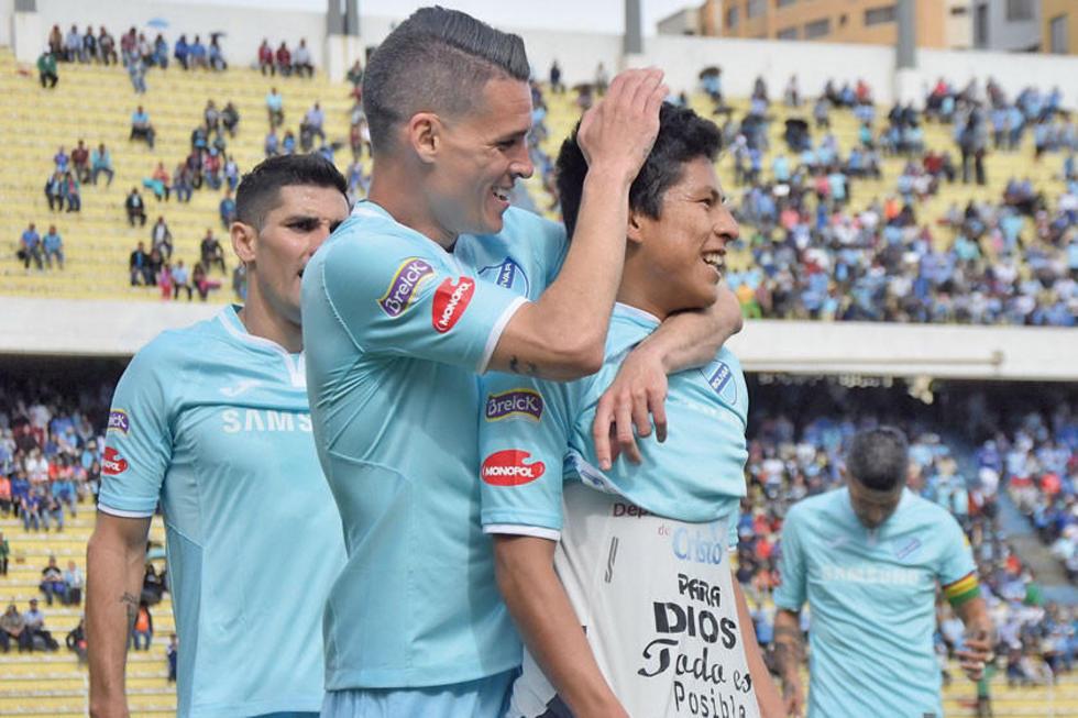 Juan Miguel Callejón abraza a  Erick Cano tras el tanto convertido.