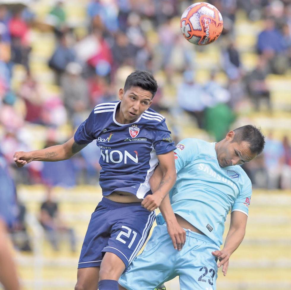 Ricardo Orihuela y Leonel Justiniano chocan por el balón