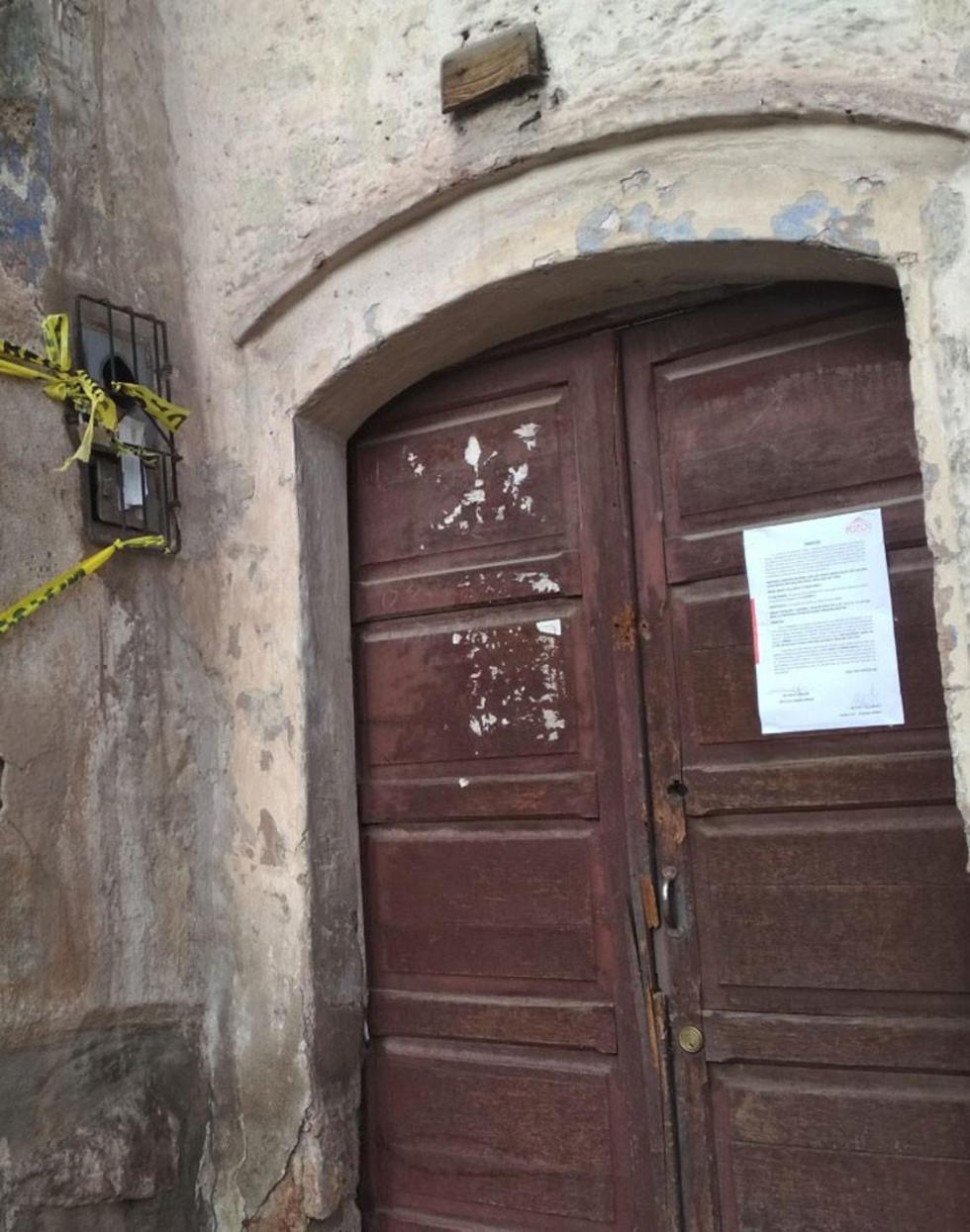 La conminatoria pegada en la puerta de la casa de Armando Alba.