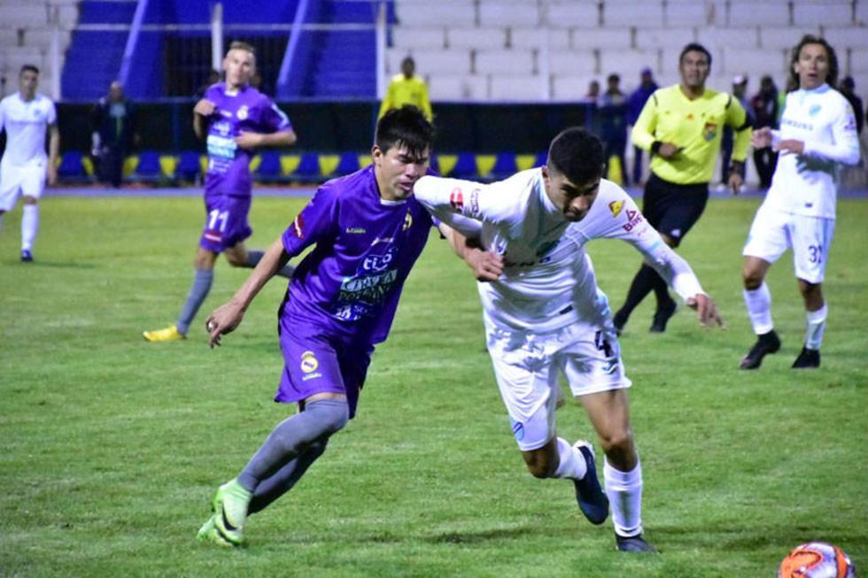 Carlos Mendoza trata de eludir la marca de Juan Orellana.