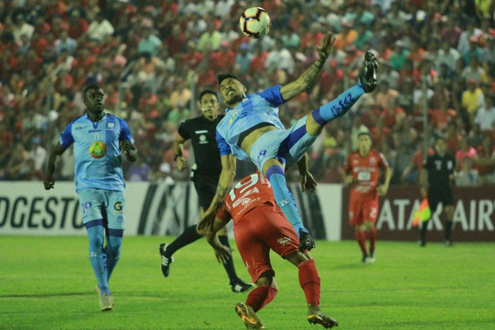 Kevin Ríos derriba a un rival en el cotejo de la víspera.