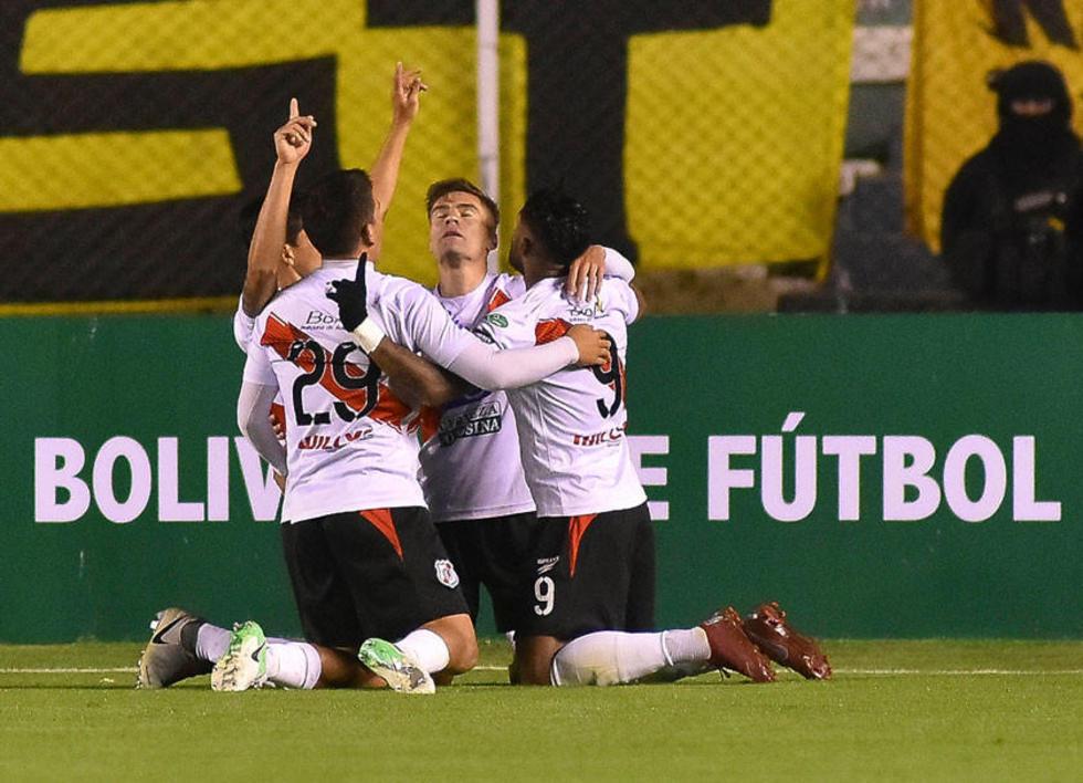Los jugadores del equipo rojo y blanco celebran uno de los goles convertidos en La Paz.