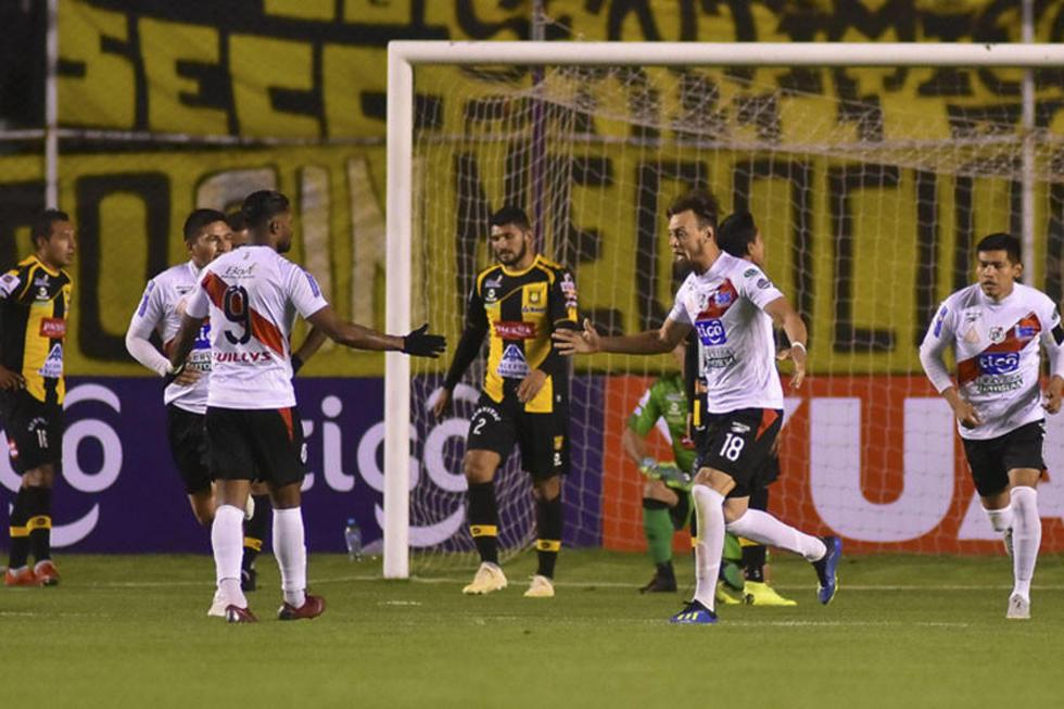 Jugadores del equipo de los altos de San Juan festejan el primer gol del cotejo.