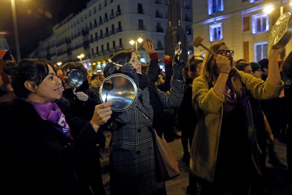 Cacerolada celebrada durante la noche de ayer en la Puerta del Sol, en Madrid.