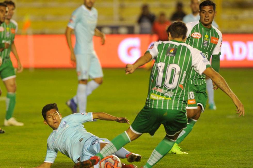 Erwin Saavedra y Lucas Mugni pelean por el balón.