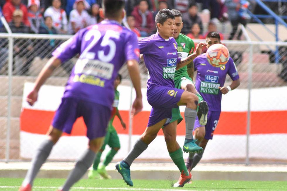 Aldo Gallardo, de Real, lucha por el balón.