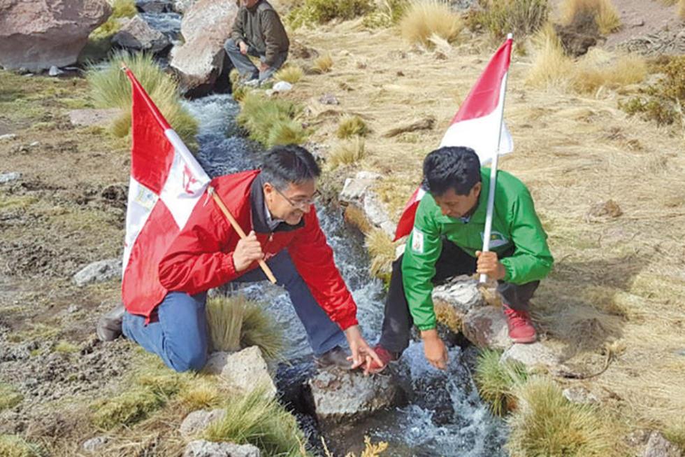 Gonzalo Barrientos y el senador Edwin Rodríguez verifican las obras por las que va el agua a Chile.