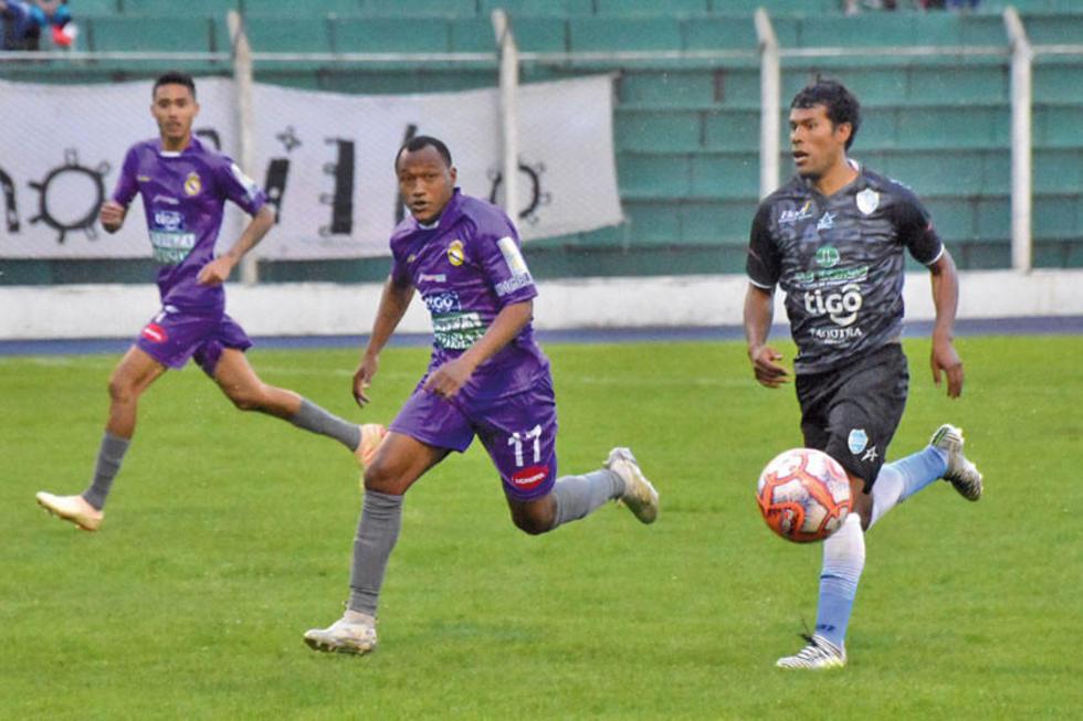 De izq. a der. Ronaldo Monteiro, Gustavo Pinedo y José Reyes buscan el balón.