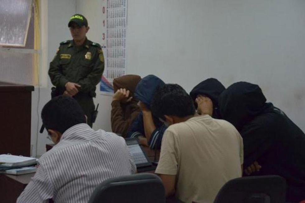 Envían a prisión a ocho policías acusados por violar a una reclusa