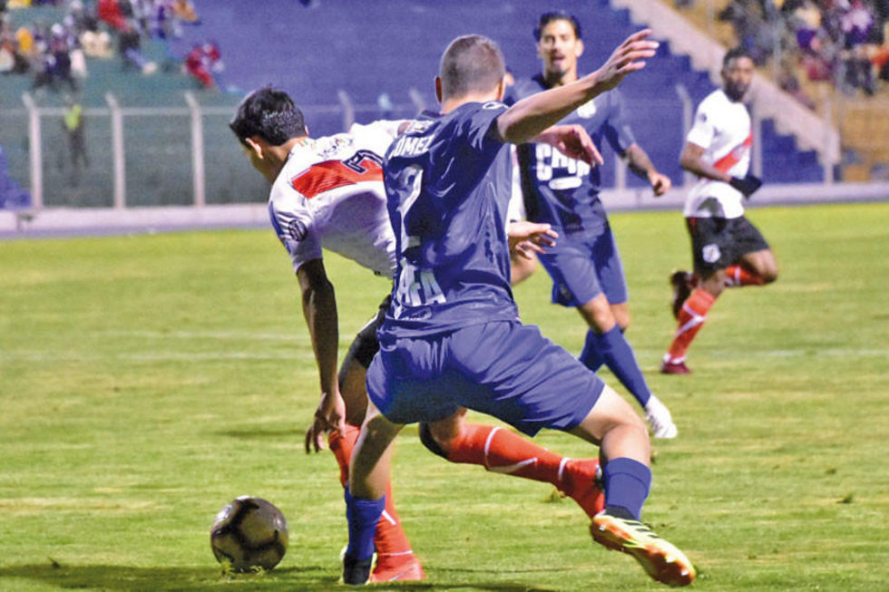 Edson Pérez es frenado por un rival.