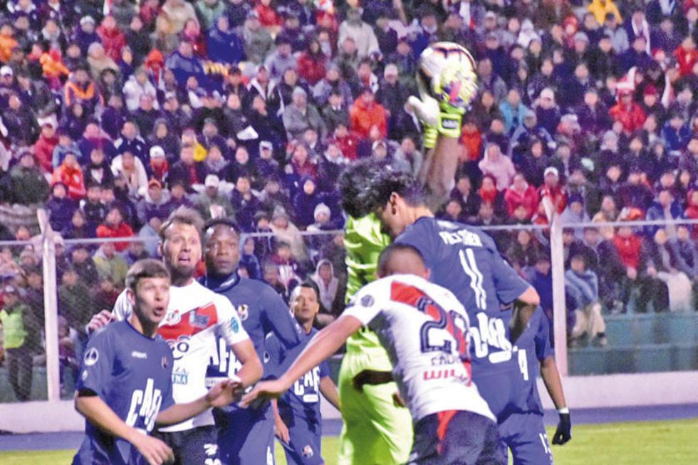 El meta Leonardo Morales conjura uno de los ataques de los locales.