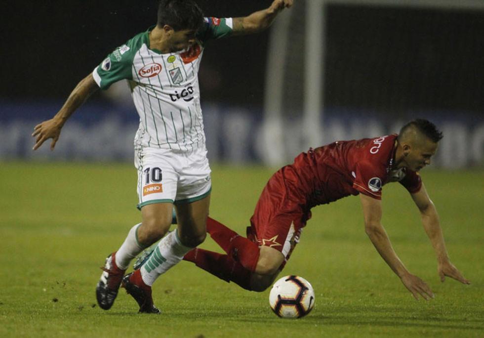 David Cotraras (d) de Águilas disputa un balón con Carlos Añez.