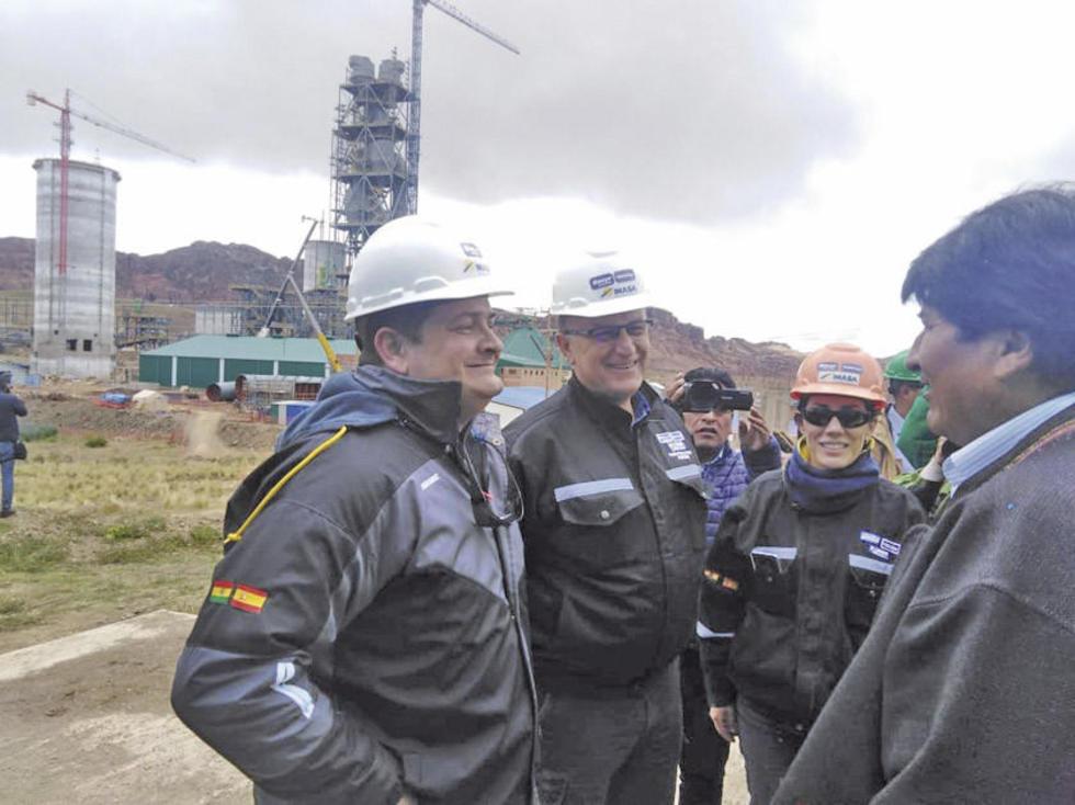Miembros del consorcio español-aleman informan el avance de las obras.