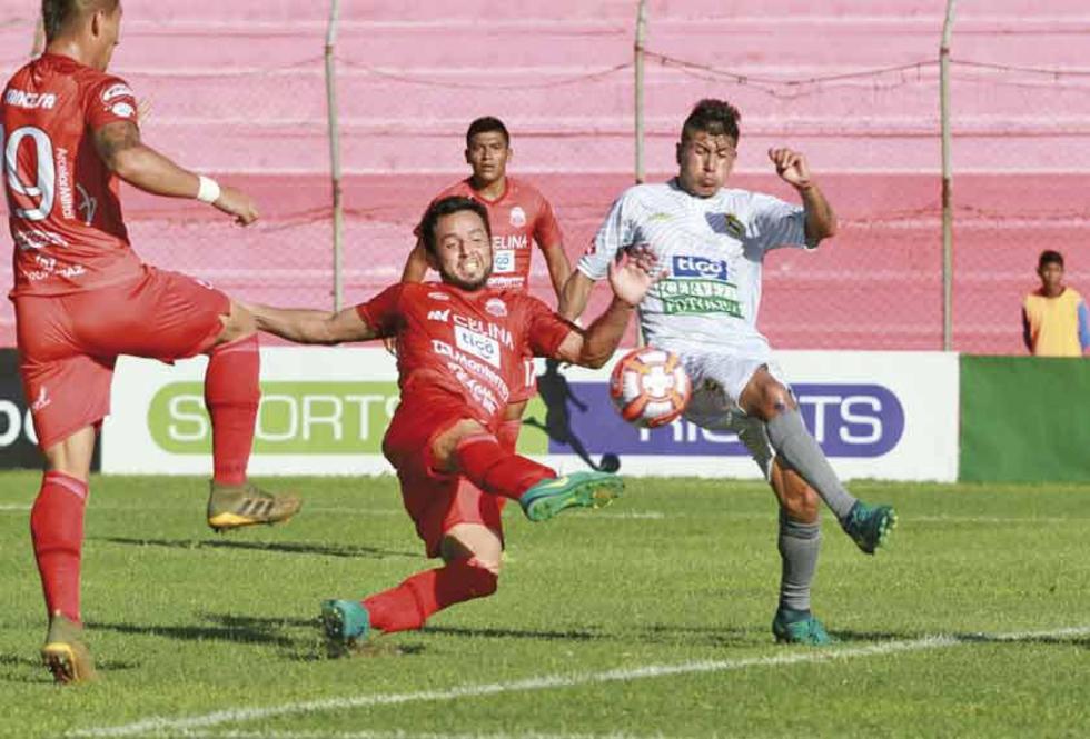 El jugador Aldo Gallardo, de Real, intercepta la pelota.