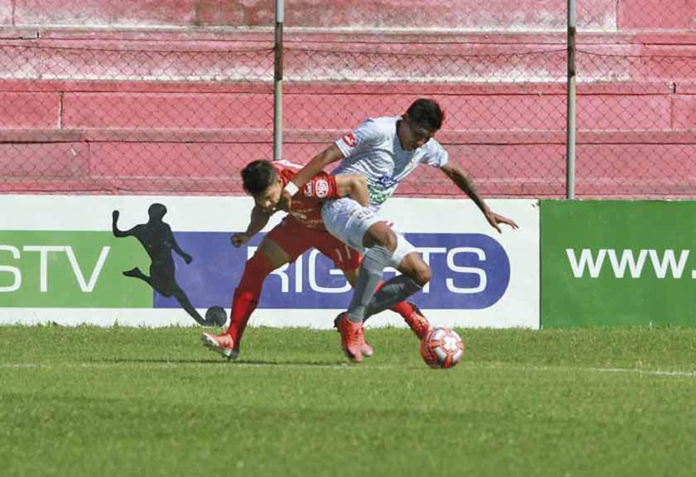 Rodrigo Ávila, de Real, gana la lucha por la pelota.