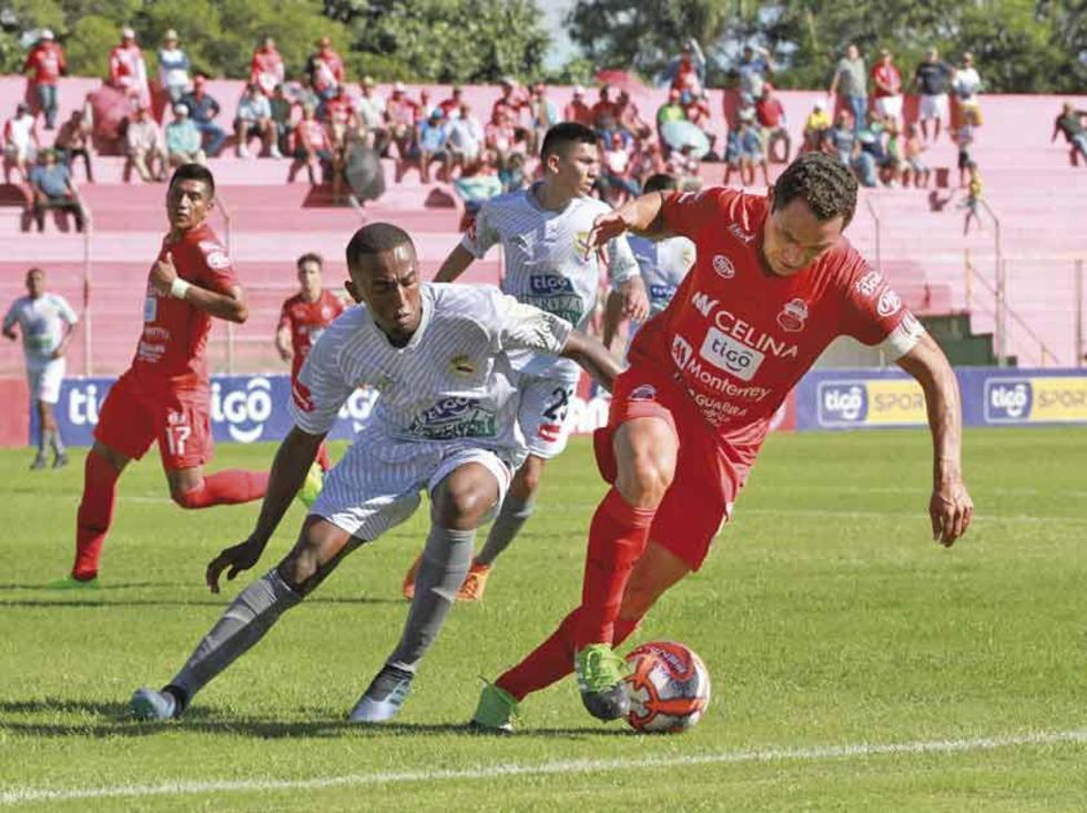 Gualberto Mojica, de Guabirá controla el balón.