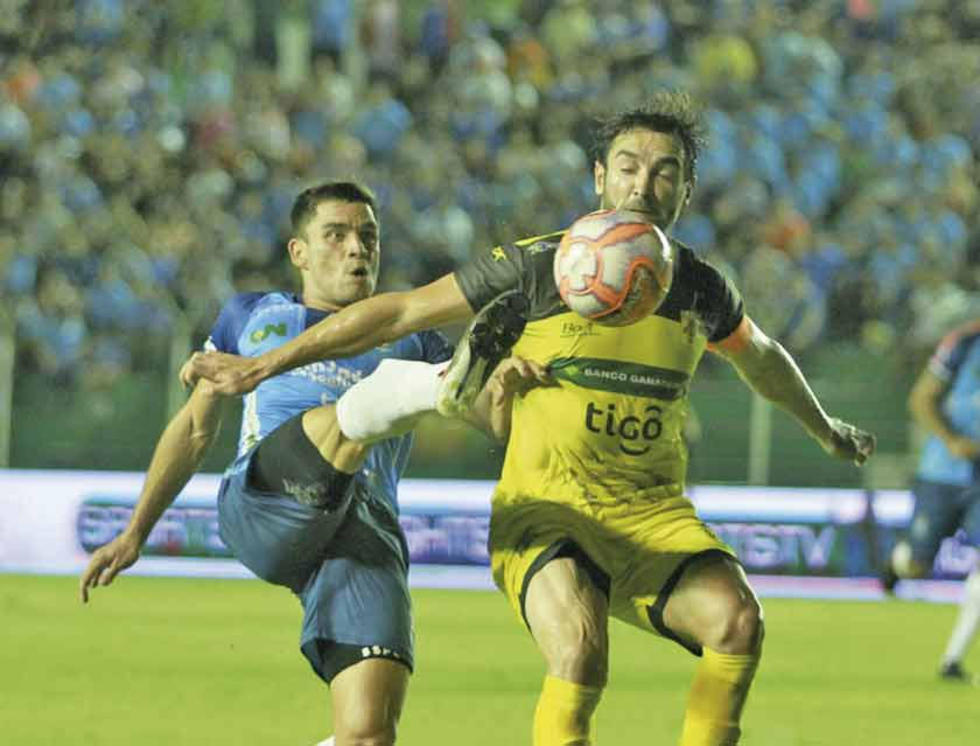 Dos rivales chocan por quedarse con el balón.