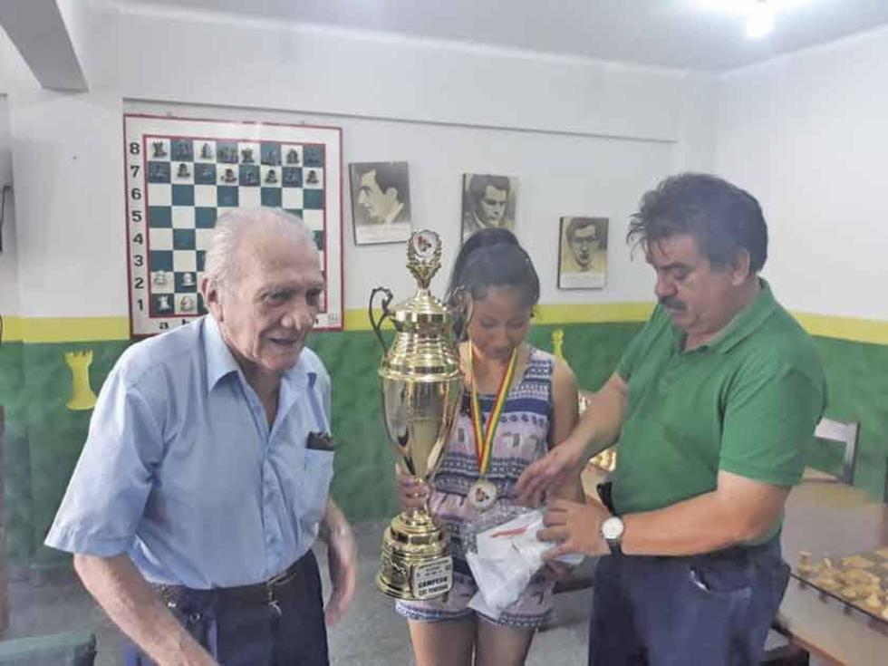 La candidata a Maestra Fide internacional recibe el trofeo de campeona.