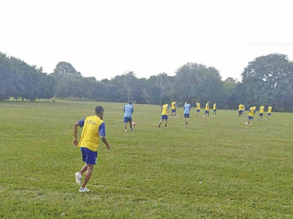 Los jugadores lilas durante su entrenamiento en la ciudad de Santa Cruz.
