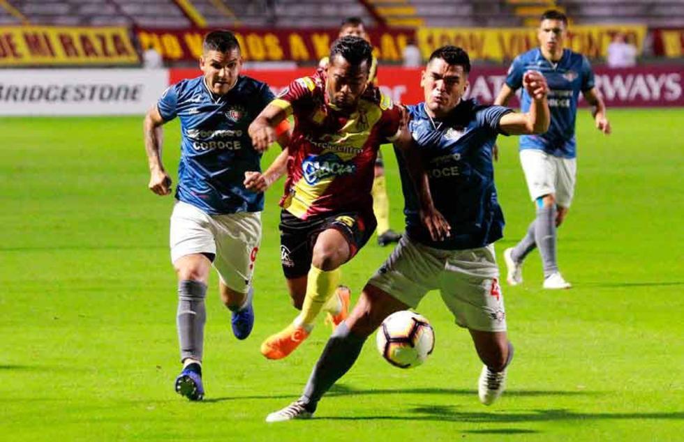 Luis González (c) disputa el balón con Chávez y Aponte.