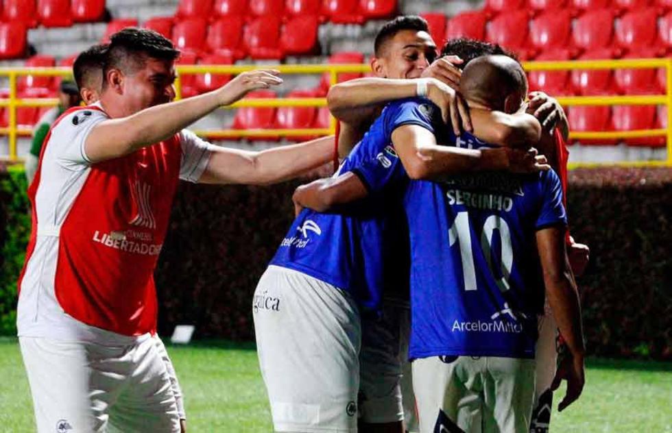 Los jugadores bolivianos se abrazan tras el tanto del empate.