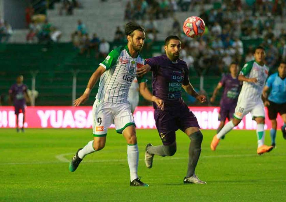 Ignacio García, de Real, protege el balón.