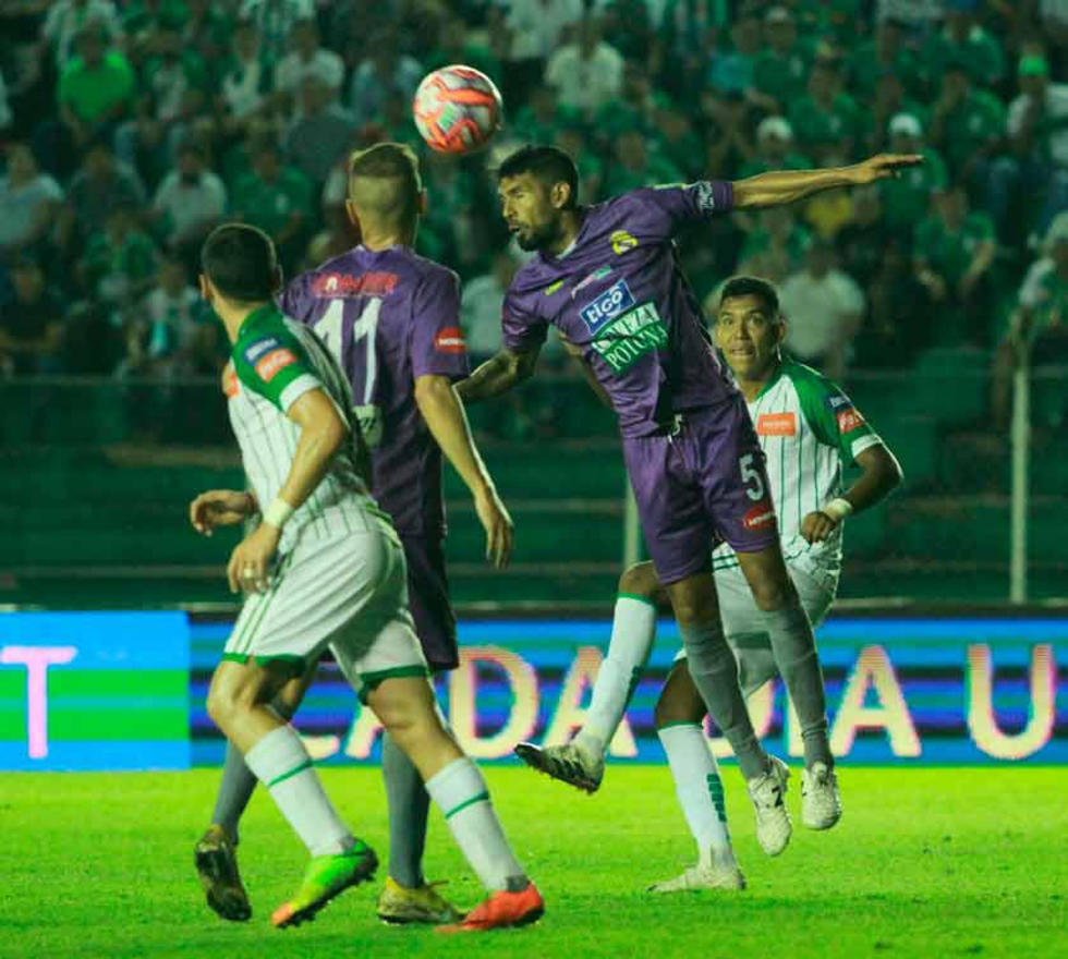 El defensor lila Carlos Tordoya cabecea la pelota.