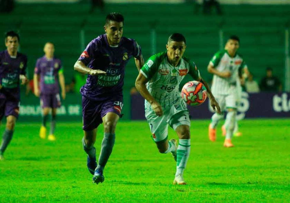 Edwin Rivera, de Real, y Cleider Alzate, de Oriente, disputan la pelota.