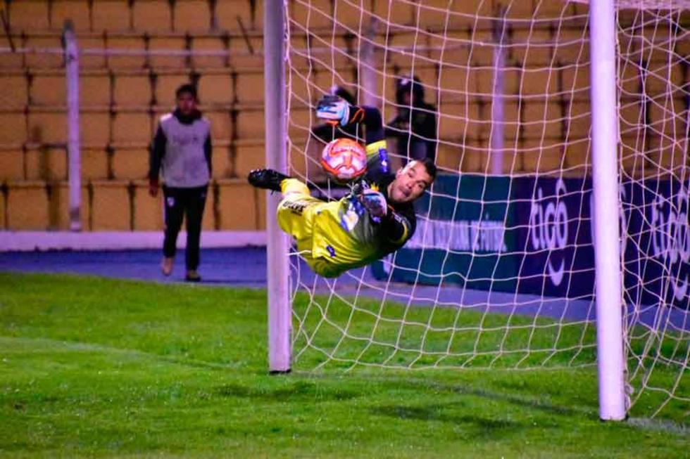 El meta Leonardo Romero vuela para evitar la caída de su pórtico.