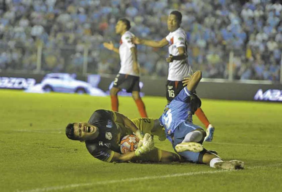 El meta Javier Rojas conjura una de las jugadas en ataque de los locales.