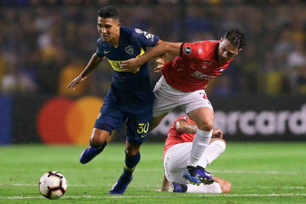 Emanuel Reynoso disputan un balón con Alex Da Silva.