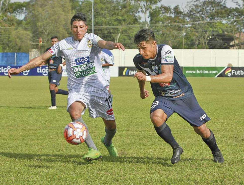Aldo Gallardo, de Real, gana el control del balón.