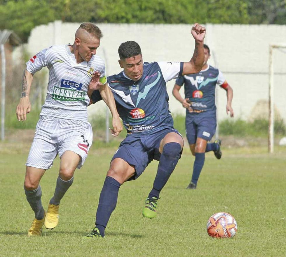 Maximiliano Gómez, de Real, marca a su rival.