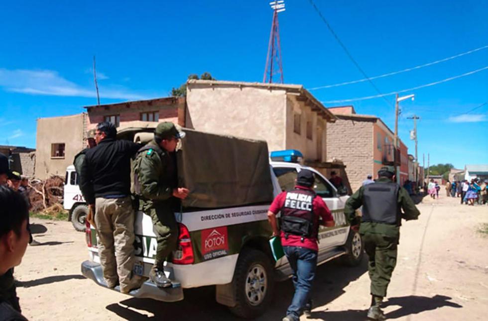 Tras la firma de un acuerdo con los comunarios, la Policía sacó del lugar a los tres acusados, entre los que hay una men