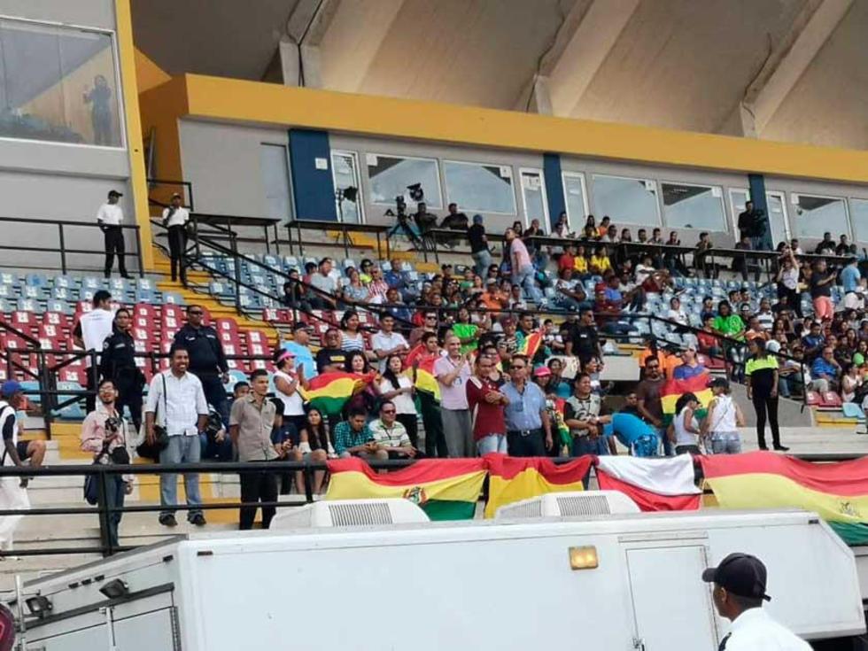 Los residentes bolivianos apoyan a la Banda Roja.