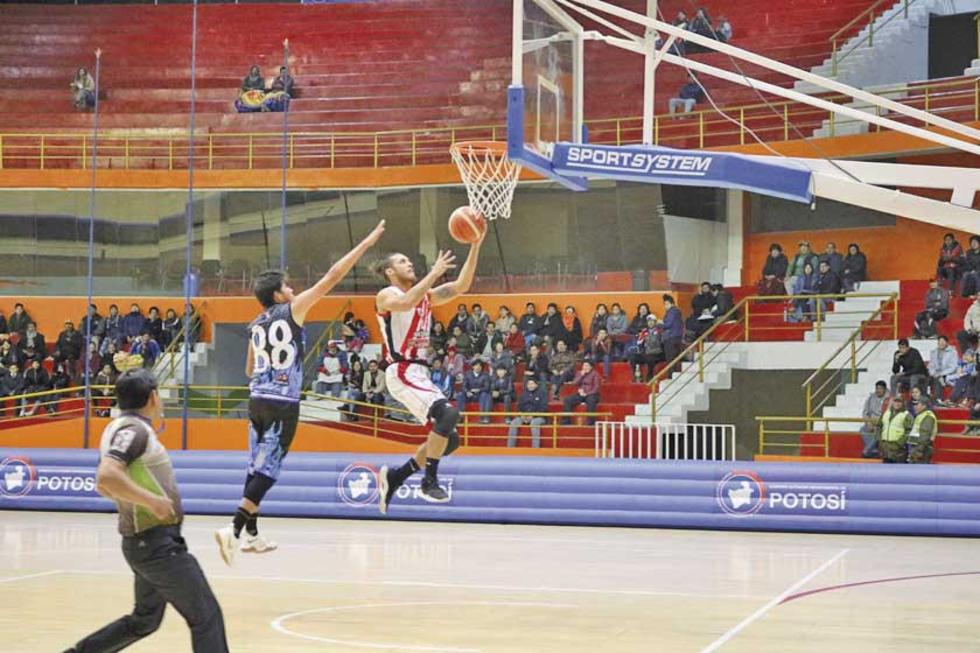El jugador Adriano Barreras, de Nacional Potosí, clava el balón.