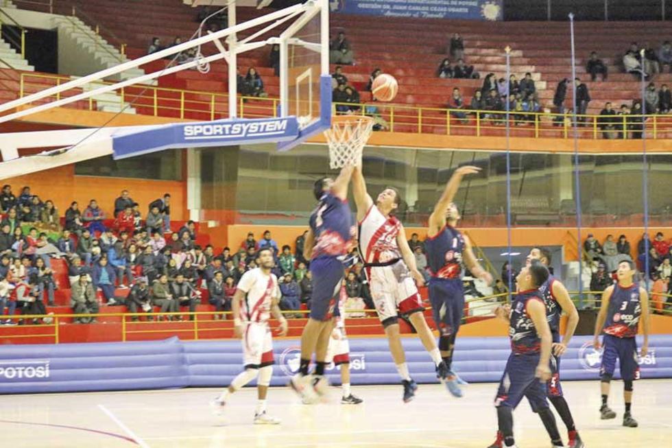 Jesús Rodriguez bloquea a su oponente.