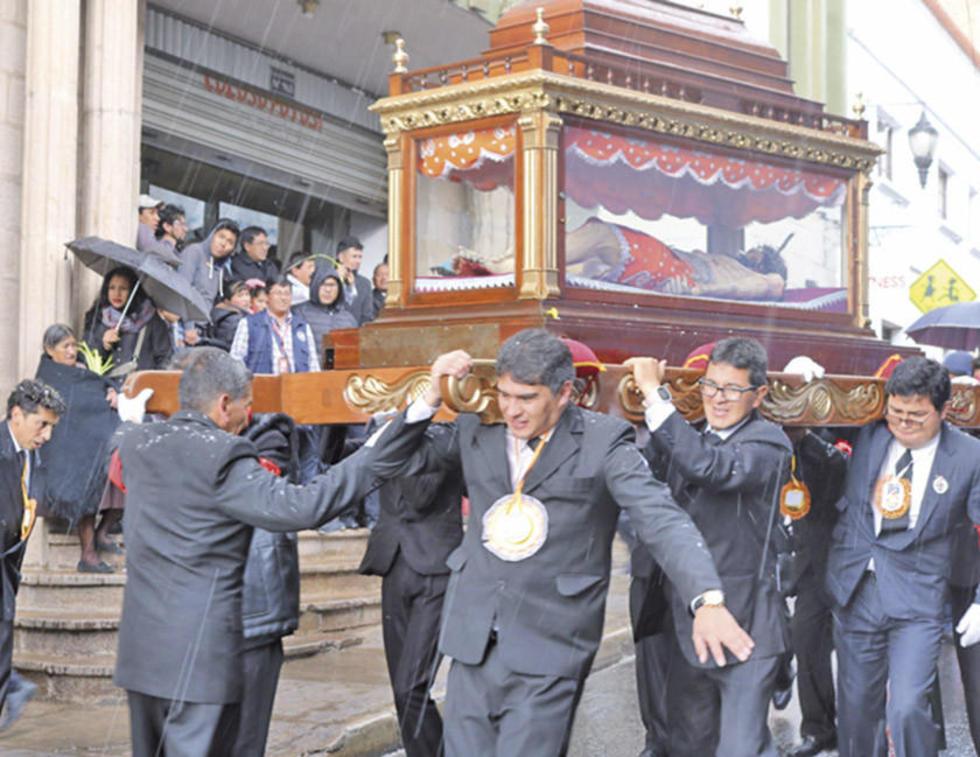 La fe vence a la lluvia en la procesión de Potosí