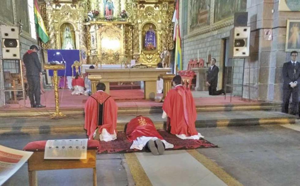 Monseñor Centellas se tiró al piso en señal de humildad.
