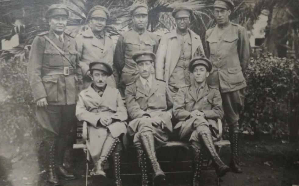 Foto de la Guerra del Chaco. El escritor está arriba y al centro.