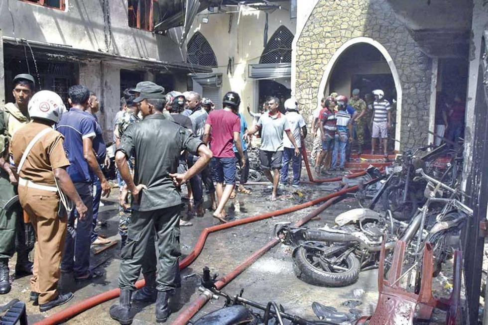 Los lugareños y la Policía se reúnen en la iglesia de Secon, donde se perpetró una de las explosiones.