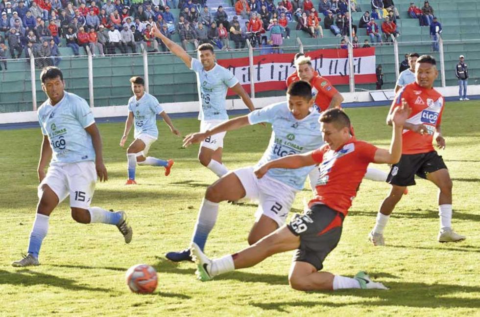 Fernando Aguilar y Vladimir Castellón pugnan por el balón.