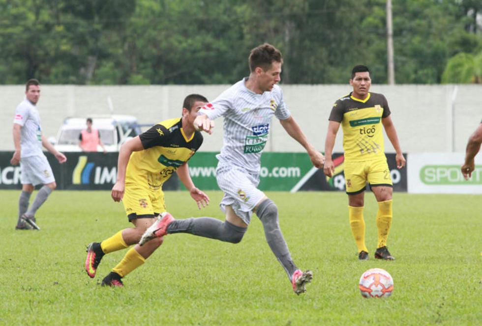 Mariano Berriex, de Real, controla el balón.