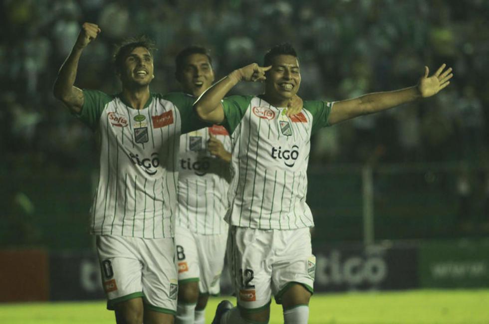 Lucas Mugni, José Castillo y Alexis Ribera festejan el gol.