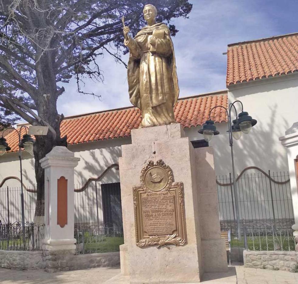 Así lucen ahora la estatua, su placa y pedestal.